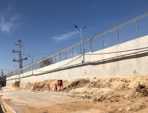 גדר ביטחונית על קיר בטון