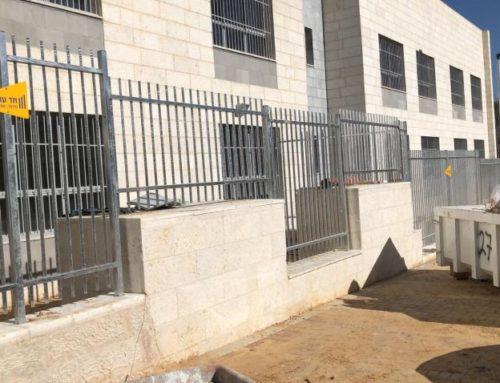 גדר פרופילים לבית ספר