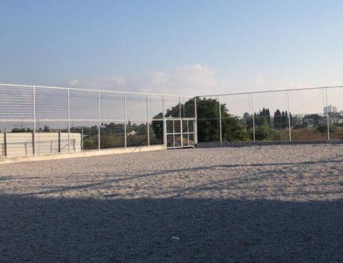 מגרש ספורט, גדר רשת בגובה 4 מטרים